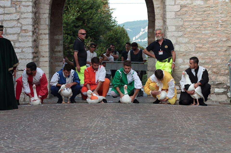 A Serra Sant'Abbondio il Palio della Rocca, dalla cena medievale alla corsa delle oche