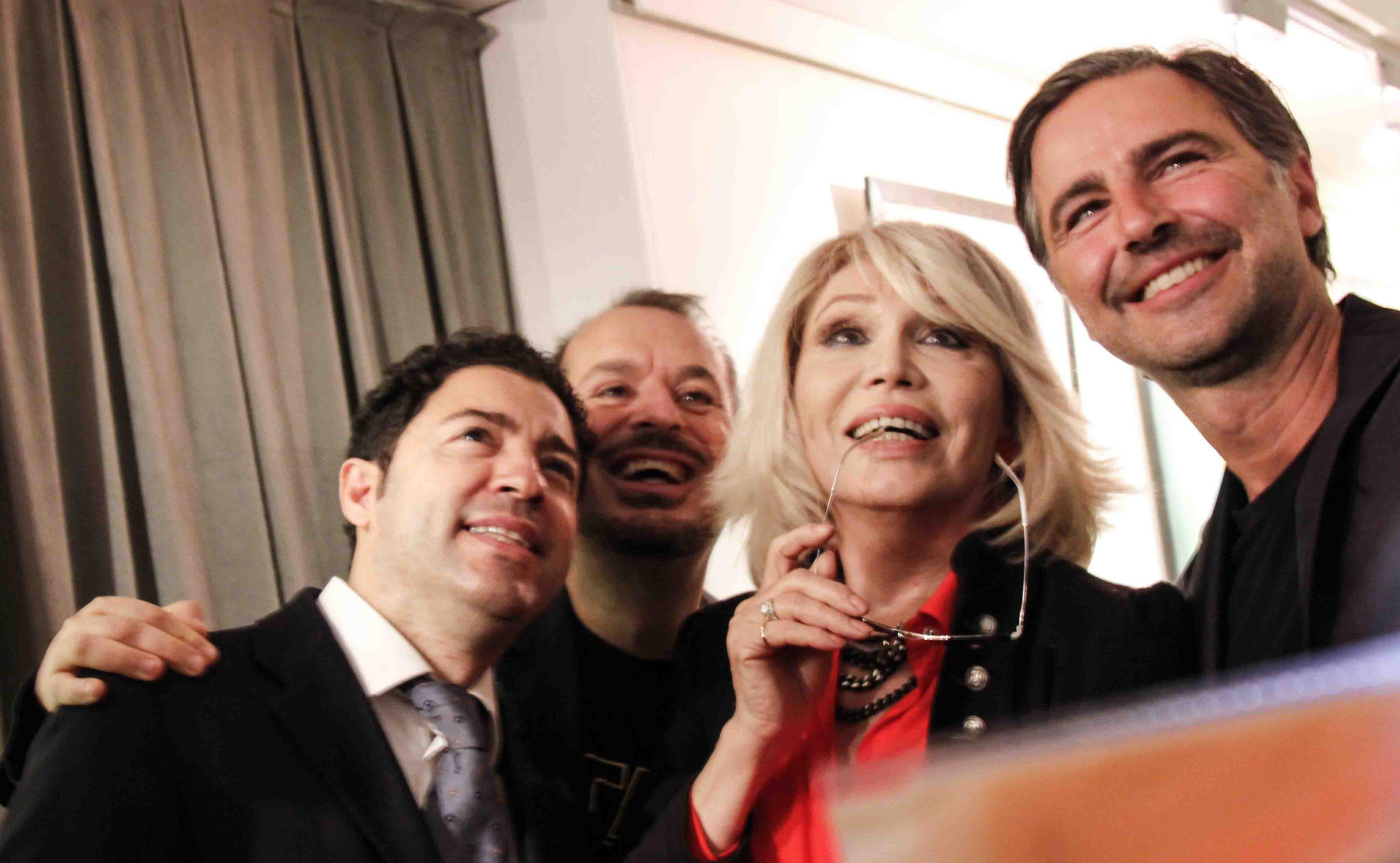 A Roma Amanda Lear inaugura con successo la sua mostra a cura di Vittorio Sgarbi