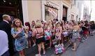 Roma, saldi pazzi: chi entra in costume si veste gratis - La Repubblica
